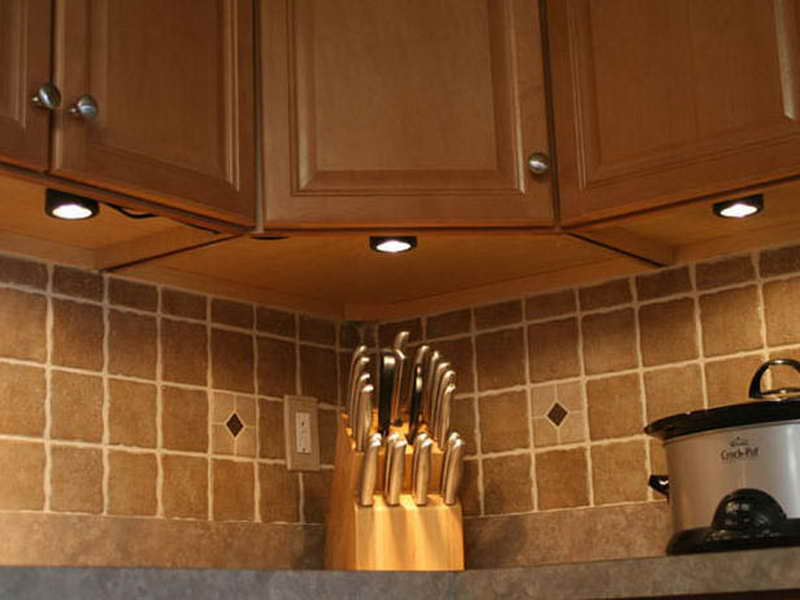 Точечная подсветка угловой кухни