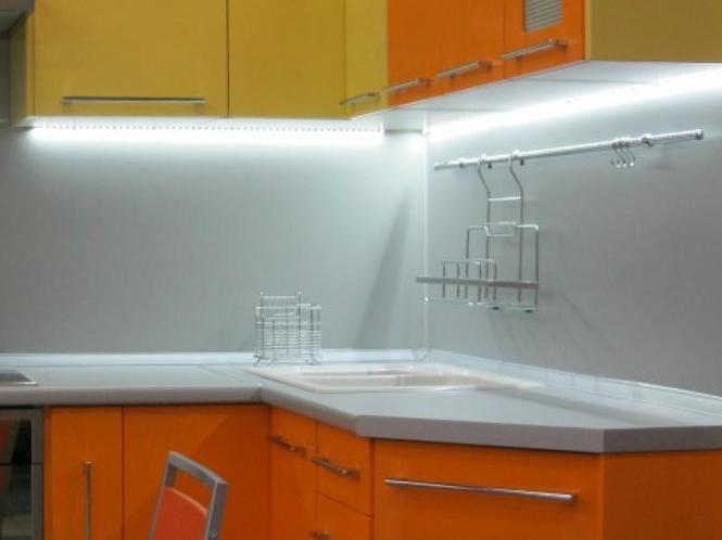 Светодиодные ленты прекрасно совмещают в себе и дизайн и основное кухонное освещение