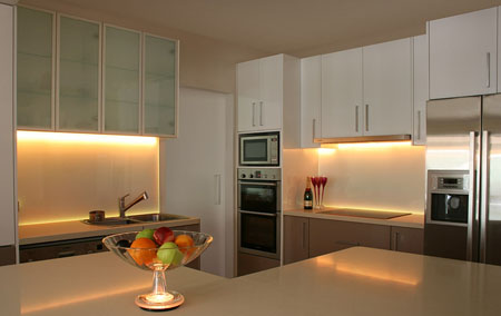 Светодиодная лента может придать кухне необычный вид
