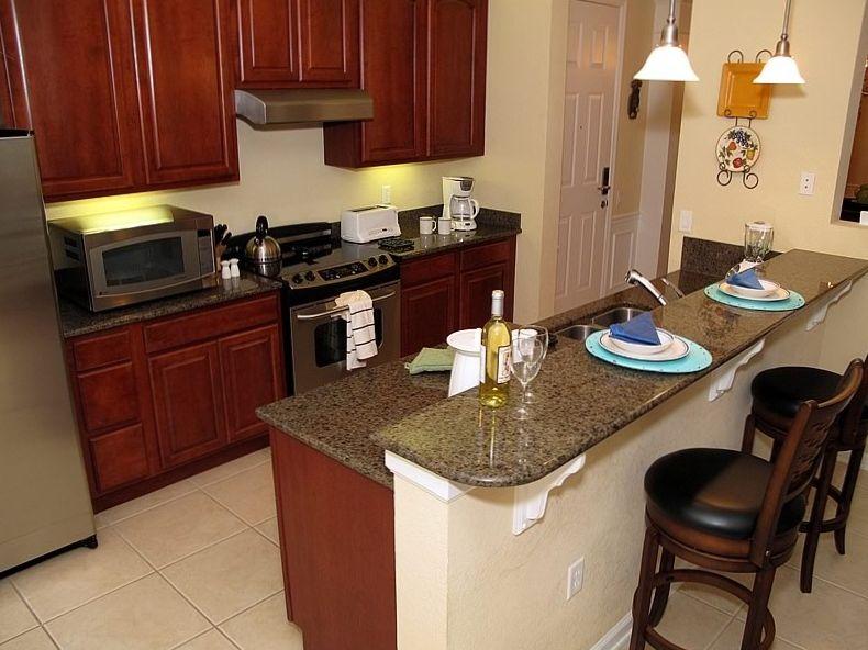 Барная стойка отделяет зону гостиной от кухонной зоны