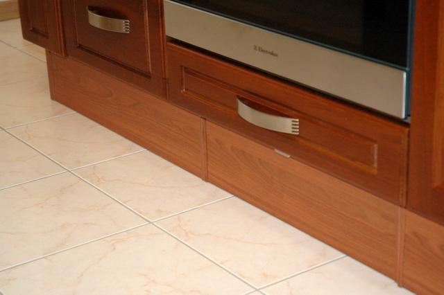 Цоколь является неотъемлемой частью кухонной стенки