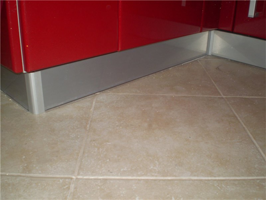 Металл подобрать проще всего – алюминиевые цоколи подходят под любую мебель.