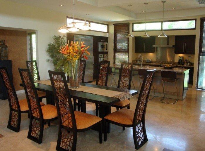 Стулья из дерева в интерьере кухни это красиво