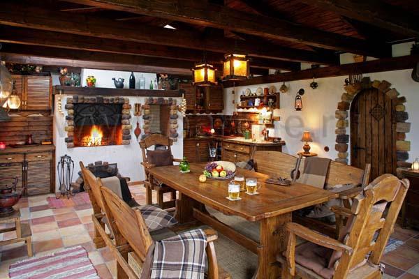 В качестве оформления потолка зачастую используются массивные балки из древесины.