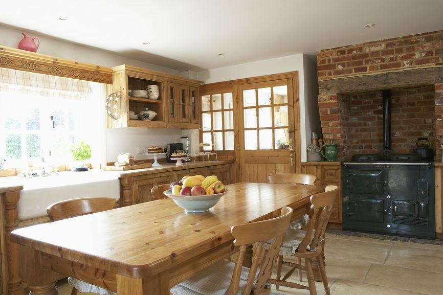 Простота интерьера характерно для деревенского стиля