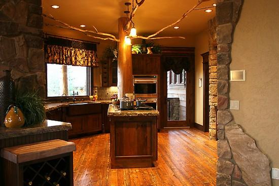 Деревянные полы отлично подходят для кухонь в деревенском стиле