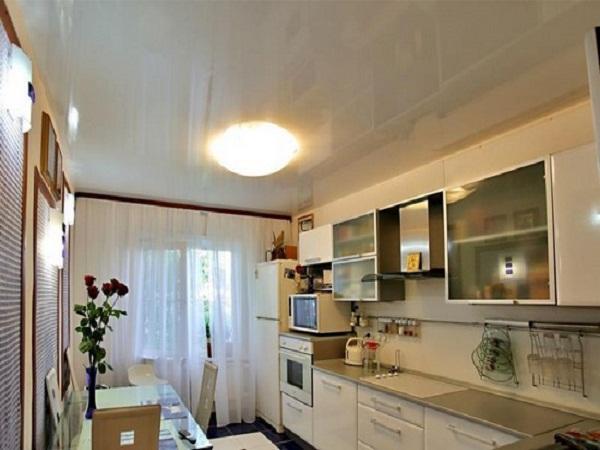 Глянцевое покрытие потолка создаёт иллюзию большого помещения