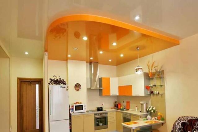 Двухуровневые потолки создают в кухне уют