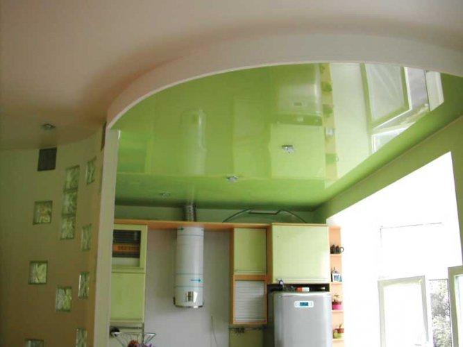 Великолепное сочетание потолка и интерьера кухни