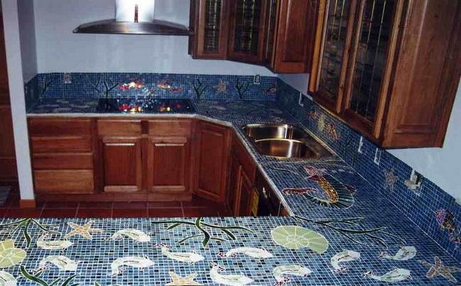 Мозаичной плиткой можно отделать столешницу