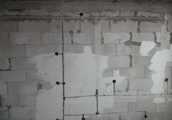 Кабель лучше укладывать в штробы в стене