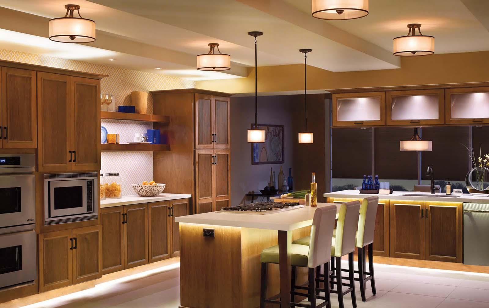 Свет для кухни, расположенный в обеденной зоне, должен быть теплых оттенков.