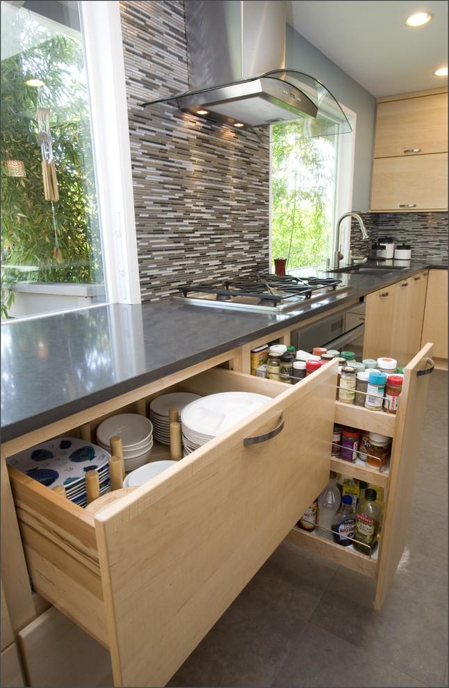 Основной задачей таких конструкций является сохранение полезного объема кухонного шкафа
