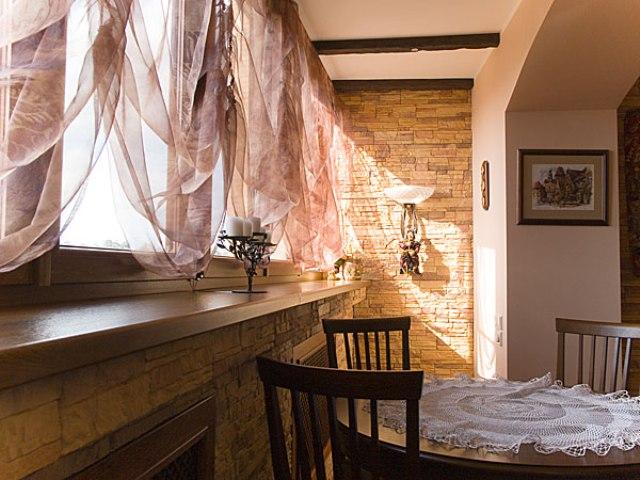 Балкон на кухне должен быть не только уютным но и полезным