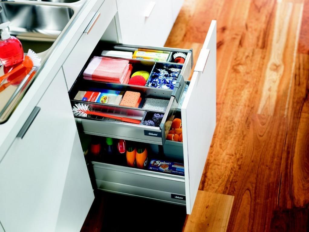 Выдвижной шкаф для хранения бытовой химии