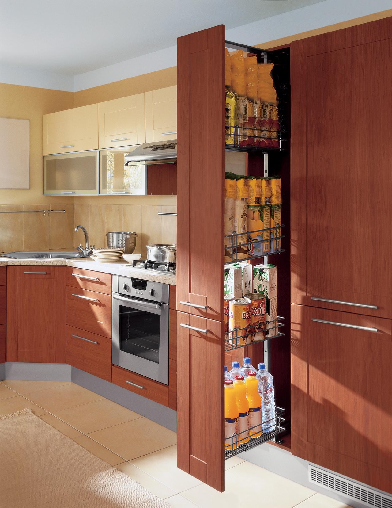 Высокие выдвижные шкафы удобны для хранения сыпучих продуктов и бутылок