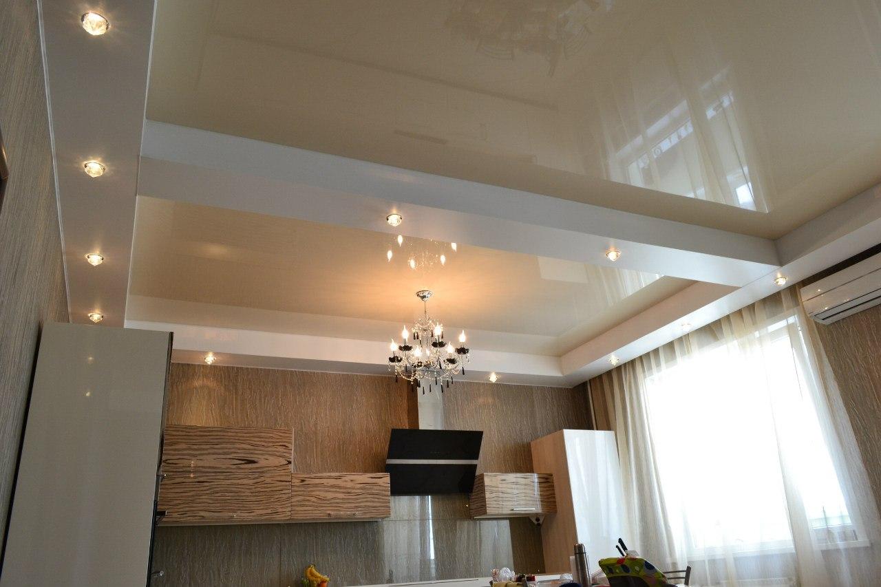 Потолок с балками и натяжным потолком дизайн