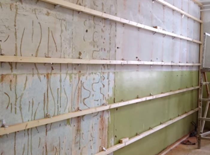 Панели крепятся на деревянные рейки