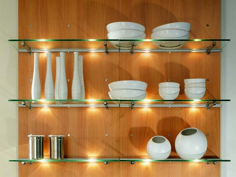 Кухонные настенные полки из стекла прекрасно сочетается с металлическими элементами