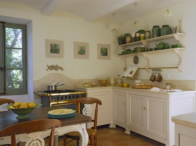 Полки в интерьере кухни стиля прованс