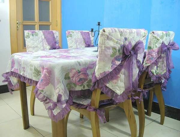 Вместе со столом можно украсить и стулья