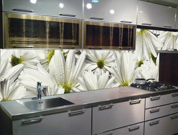 Кухня со стеклянным фартуком выглядит действительно необычно и оригинально.