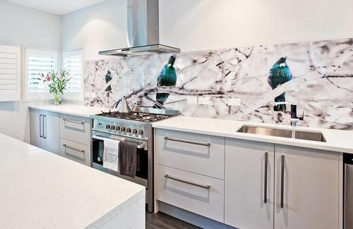 Современно и гармонично смотрятся стеклянные фартуки на кухнях