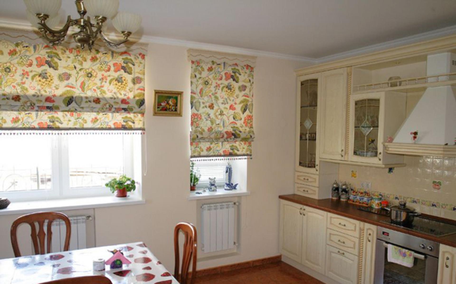 Подоконник – это место, где цветы на кухне не мешают хозяйки и чувствуют себя превосходно.
