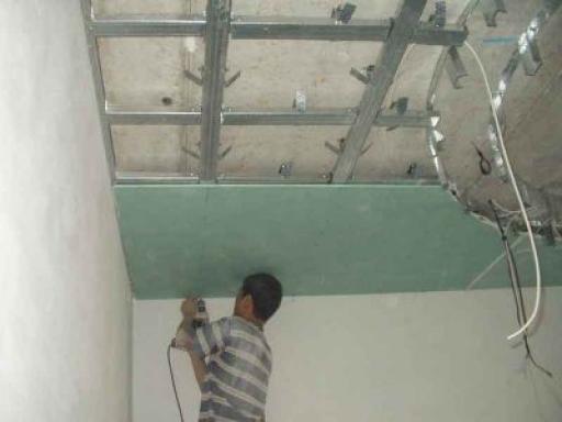 Крепление листов из гипсокартона к основе потолка