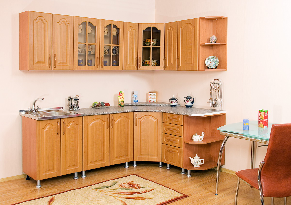 Угловая планировка на кухне позволяет рационально использовать пространство.