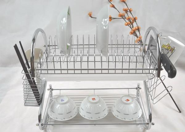 Открытая кухонная сушка для посуды, оснащенная поддоном.