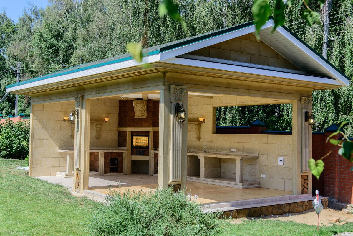 Открытая летняя кухня - актуальна в теплое время года.