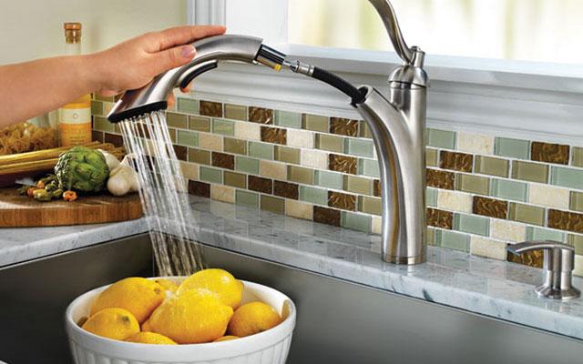 Благодаря подвижной конструкции, душ позволяет направлять струю воды в любое направление.
