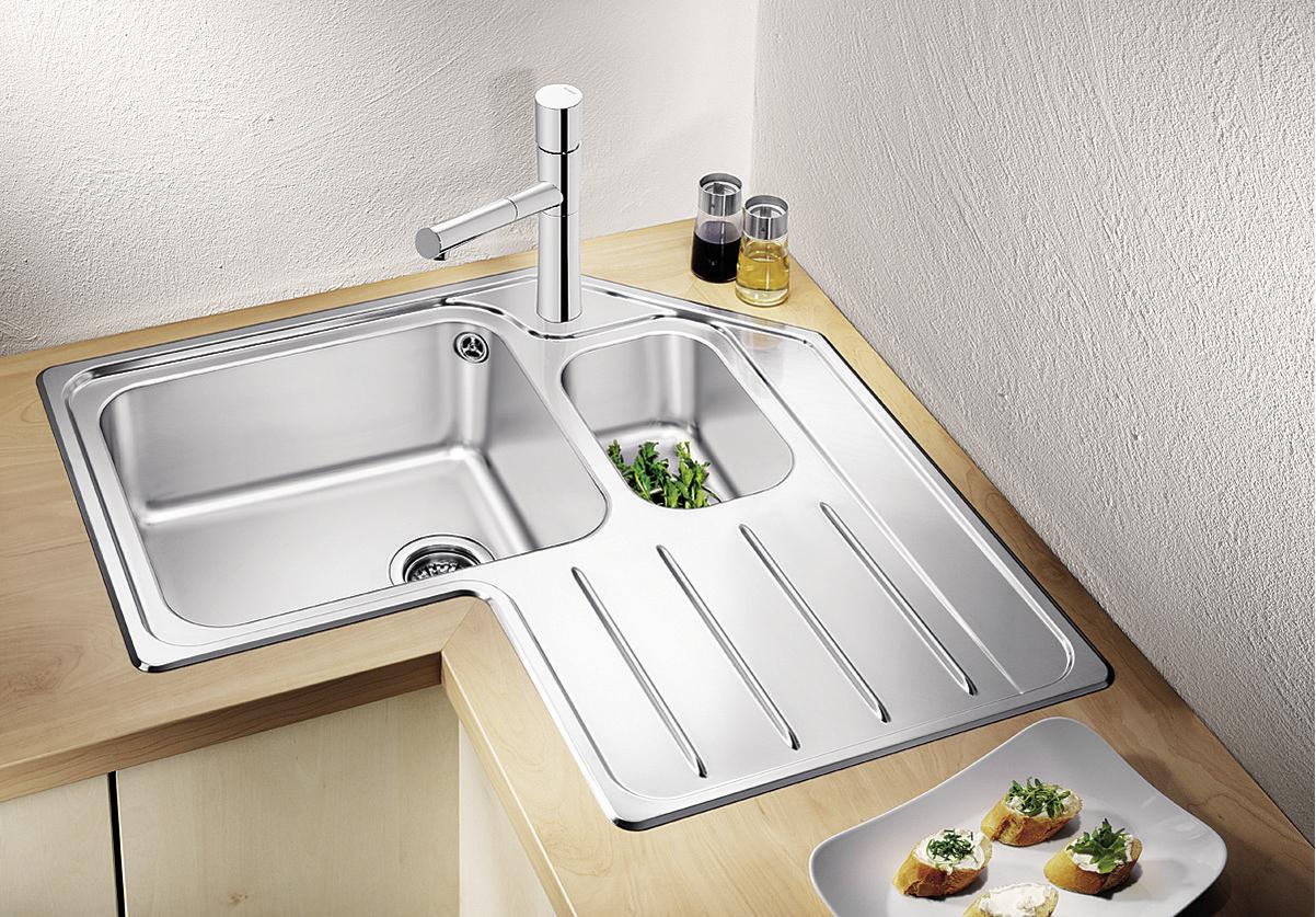 Угловые кухонные раковины выгодно отличаются от пристенных моделей.
