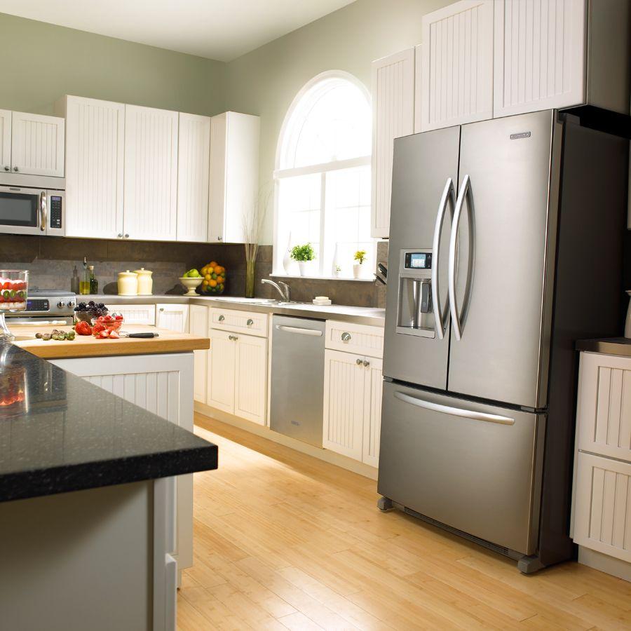 Серебристый холодильник подойдет ко многим интерьерам