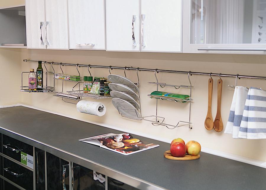 Металлический рейлинг с подставками для разной посуды