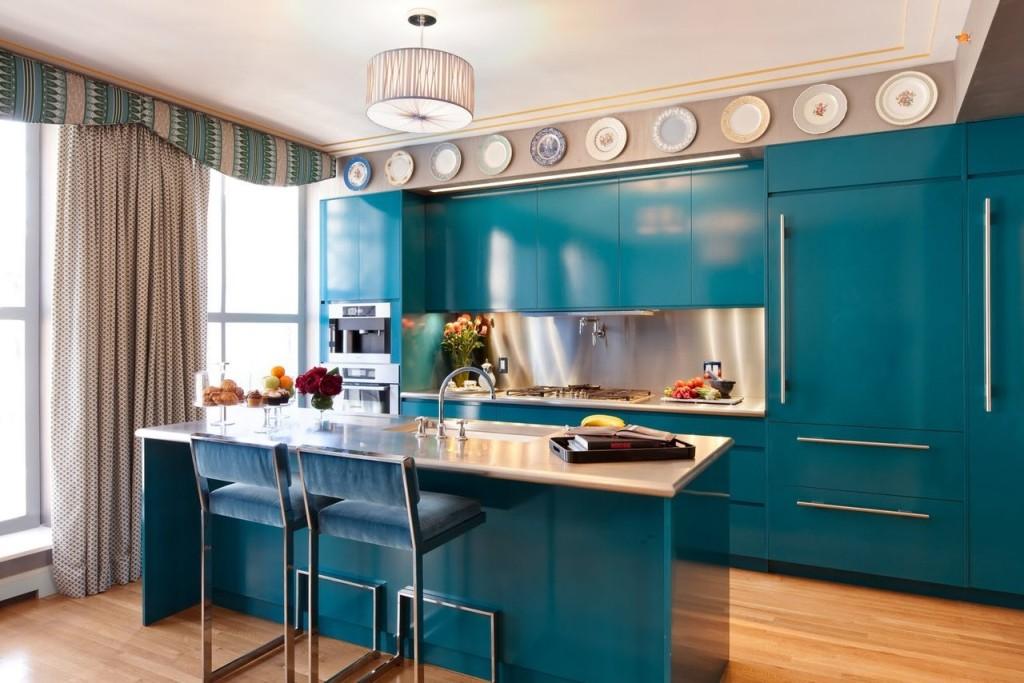 Кухня-столовая с большим окном в морском стиле