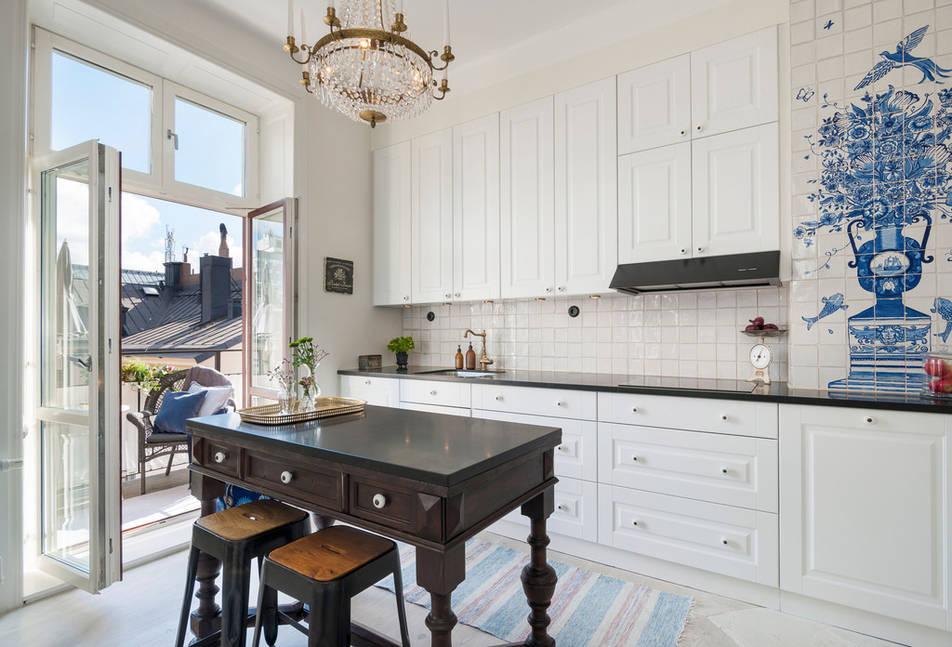 Антикварный капитанский стол в кухне-столовой