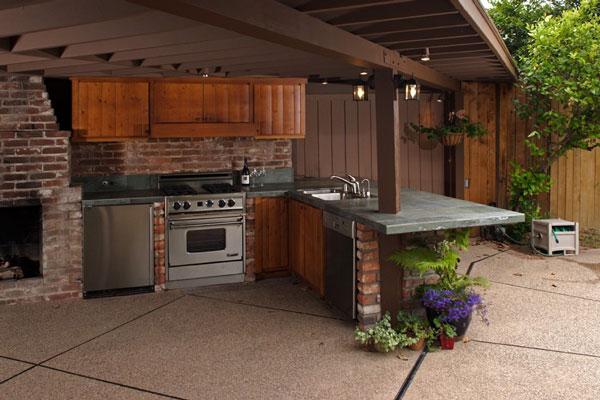 Открытая кухня может быть укомплектована бытовой техникой.