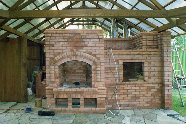 На летней кухне можно разместить мангал или дровяную печь.