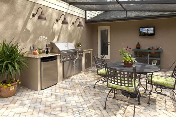 Наличие мойки, плиты и холодильника позволит сделать даже летнюю кухню очень комфортной.
