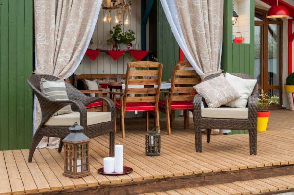 Мебель для веранды должна быть обязательно влагостойкой.