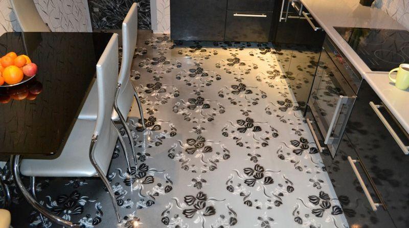 Наливной пол на кухне смотрится великолепно