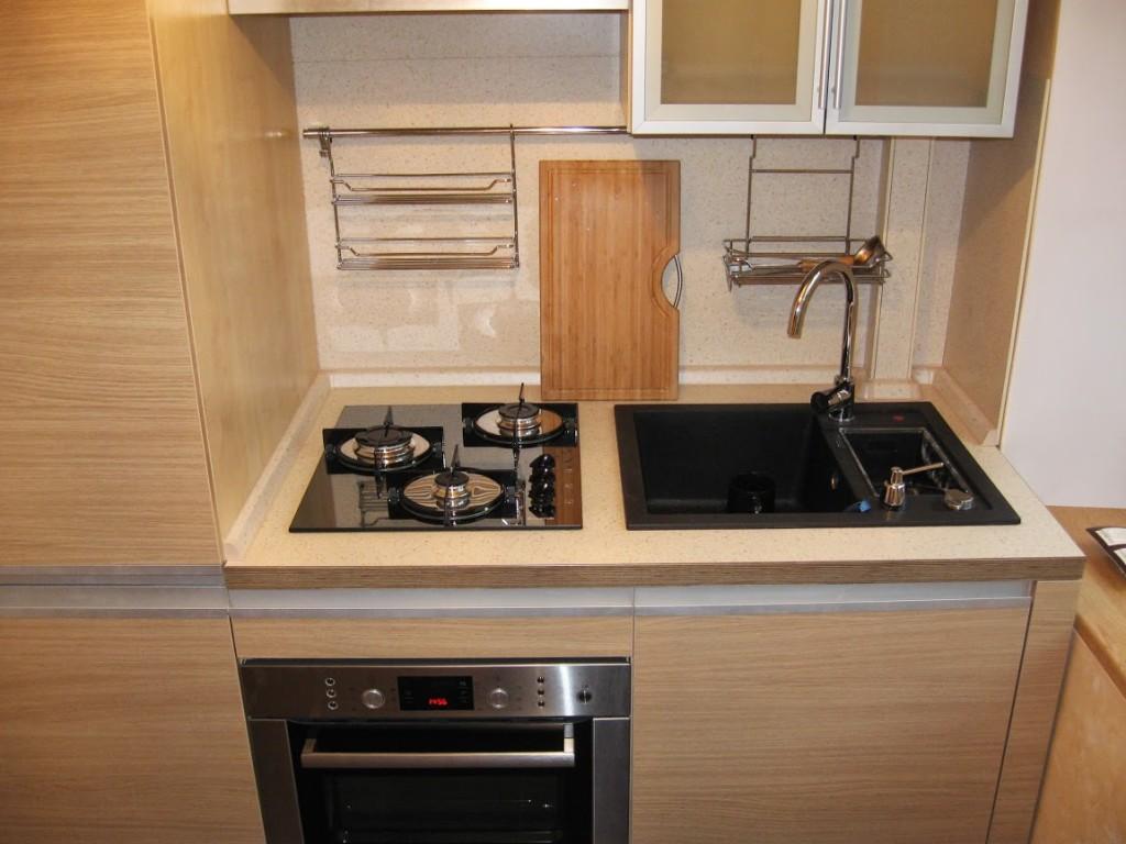 Плита и мойка на кухне