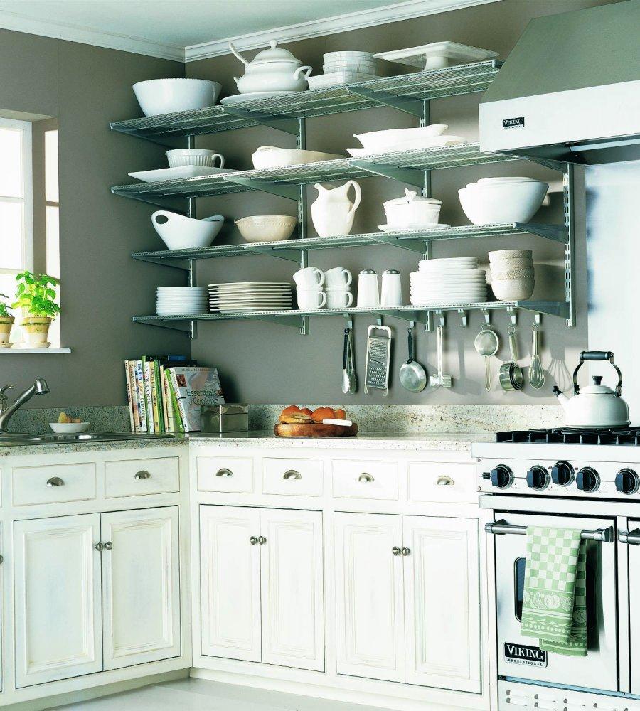 Для хранения посуды на кухне можно выделить полки