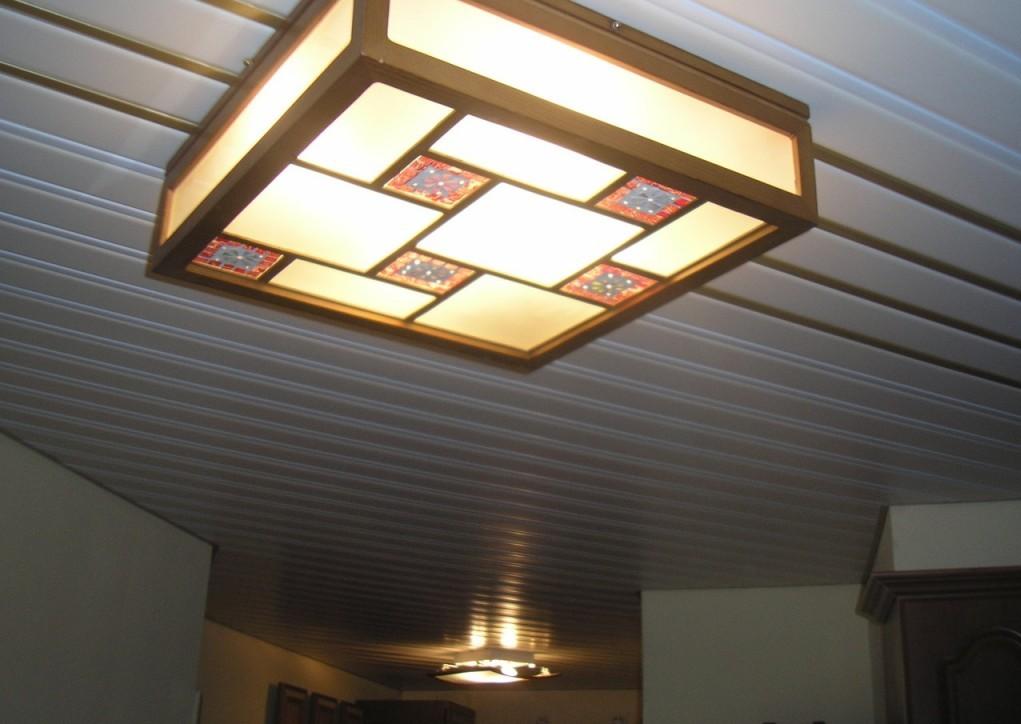 Под потолок можно подобрать подходящий светильник