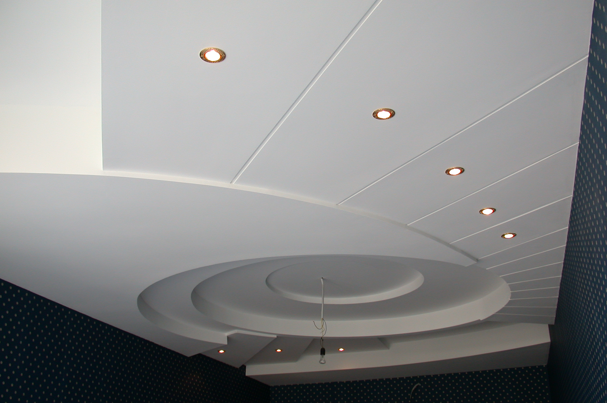 Из пластиковых панелей можно смастерить сложный потолок