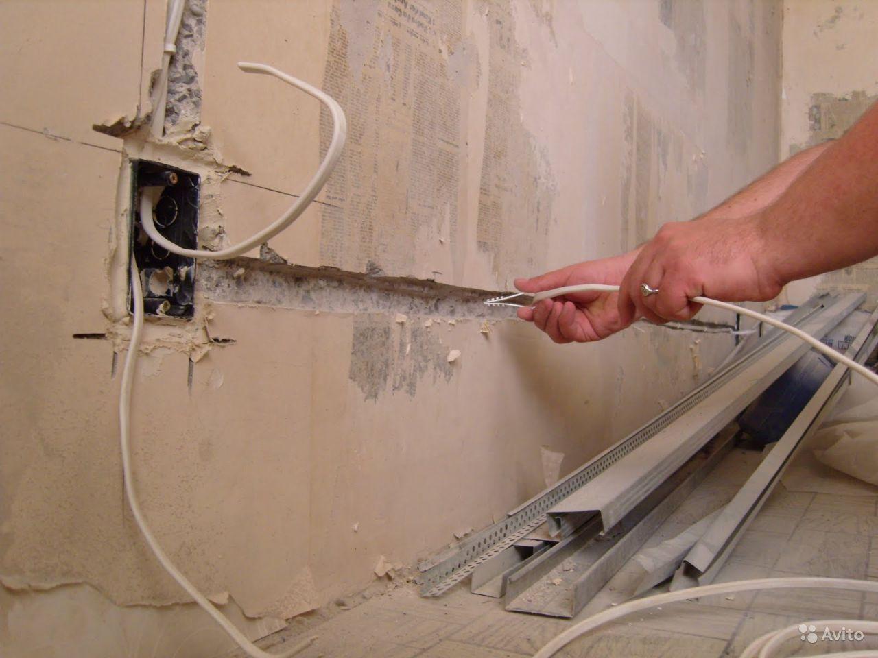 Чтобы кабель не вылазил из канавок крепи его специальными креплениями