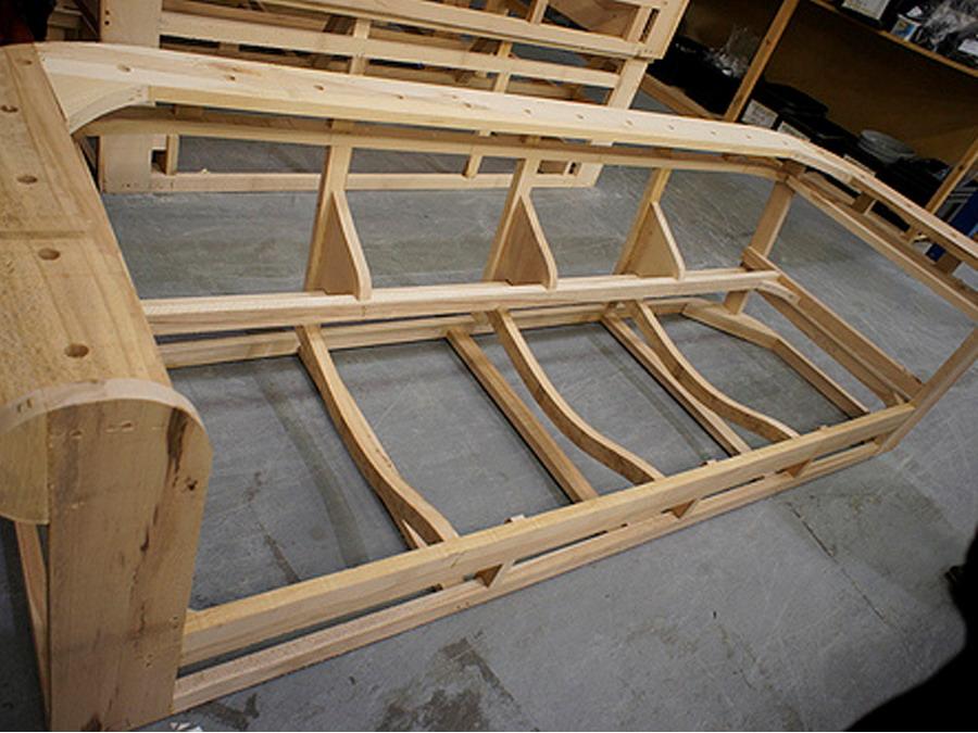 Каркас из дерева удорожит конструкцию, но придаст ей особой прочности.