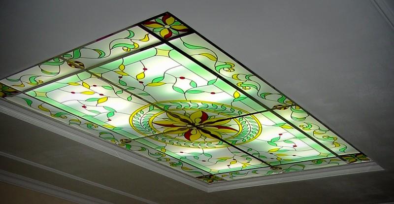 Витраж на потолке может выступать в качестве источника света